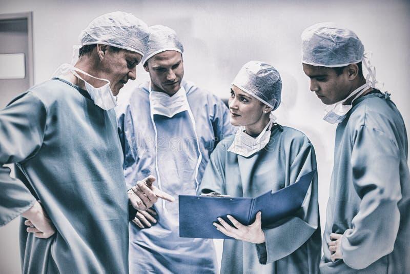 外科医生有关于文件的讨论在走廊 库存图片