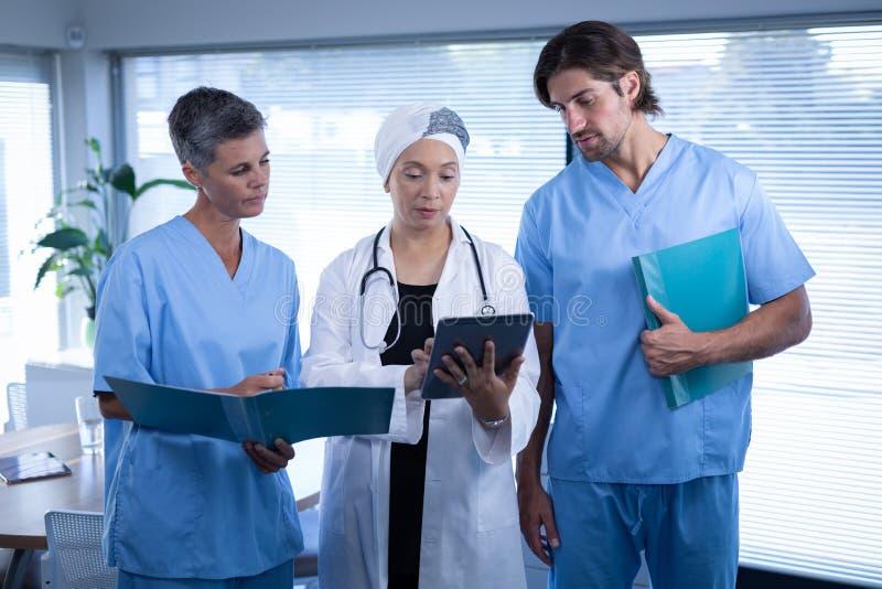外科医生谈论在数字片剂在诊所在医院 库存照片