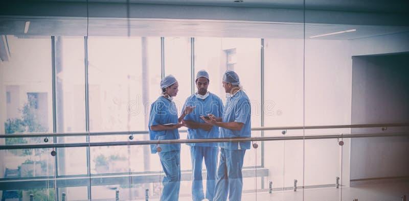 外科医生队谈论在数字式片剂 免版税库存照片