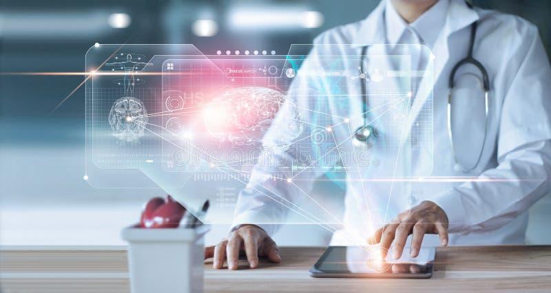 外科医生Diagnose医生,检查和分析耐心脑子测试结果和人的解剖学在技术数字未来派 库存图片