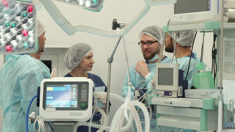外科医疗队谈话在手术屋子 库存图片