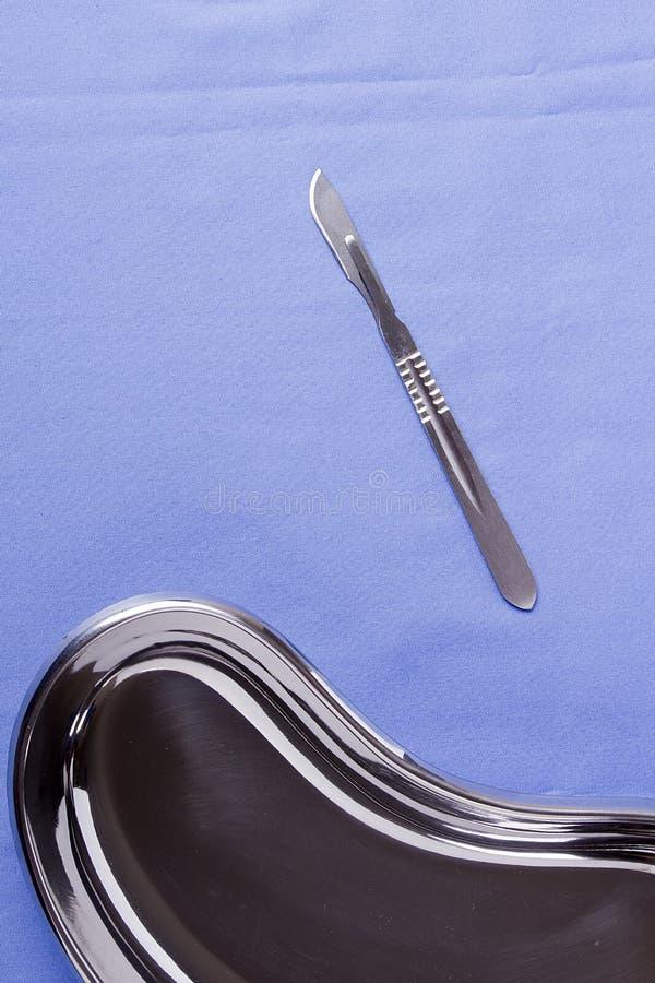 外科解剖刀和碗 库存照片