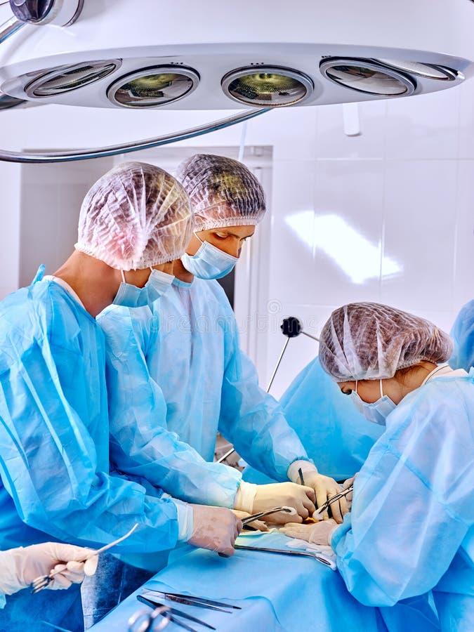 外科医生在工作在手术室 库存照片