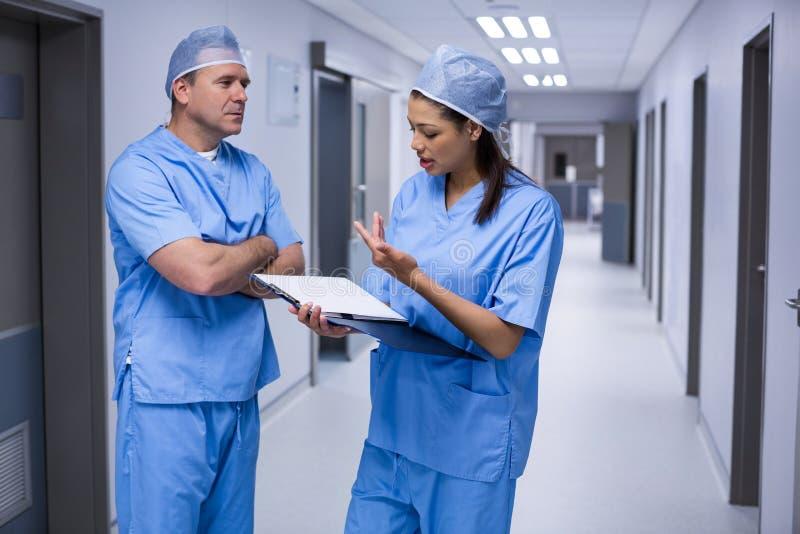 外科医生谈论在医疗报告 免版税库存图片
