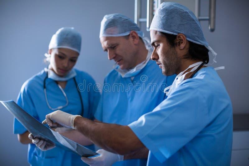 外科医生谈论在X-射线 免版税图库摄影