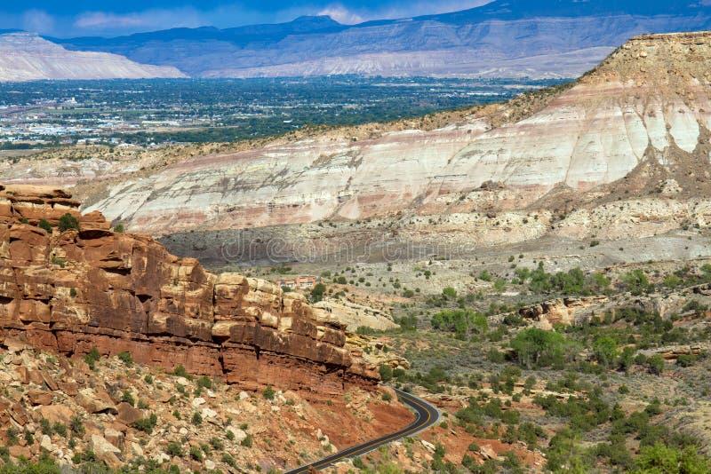 外缘岩石路从大章克申进入科罗拉多国家历史文物 库存照片