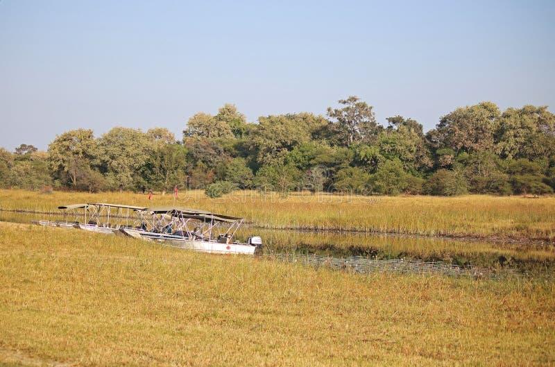外置马达小船排队了在河一边 库存照片