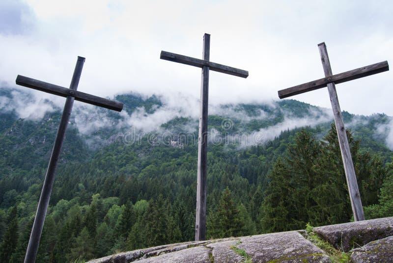 外部三个大基督徒的十字架和低云 库存图片