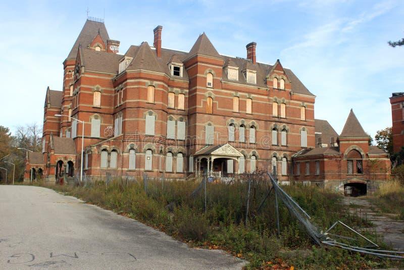 外部上和与残破的窗口的被放弃的砖收容所医院大厦 免版税图库摄影