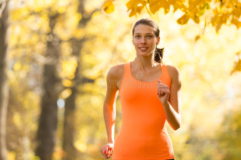 download 外部女性健身模型的训练和赛跑 库存照片.