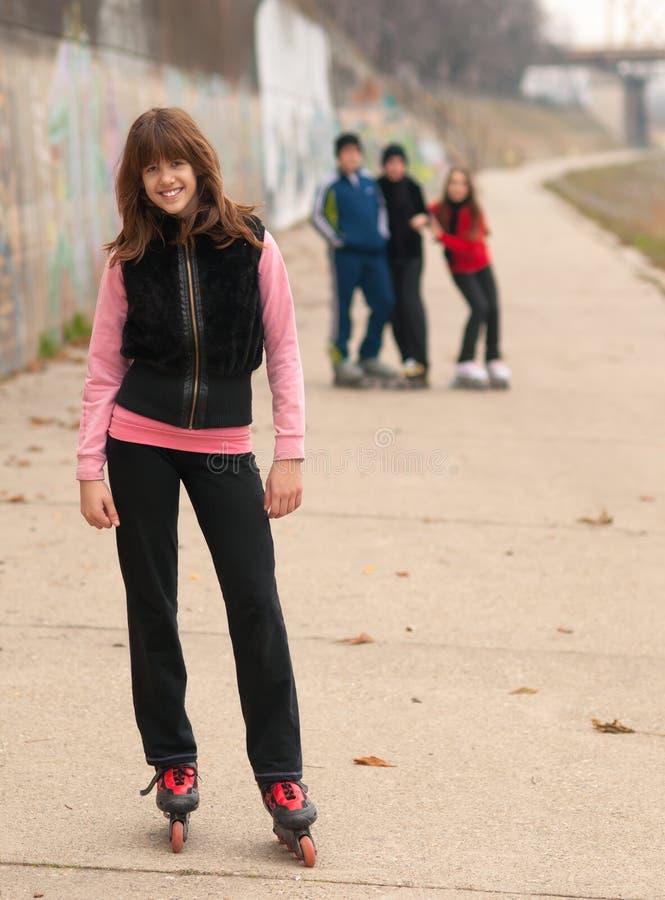外部朋友的女孩摆在相当微笑 库存照片