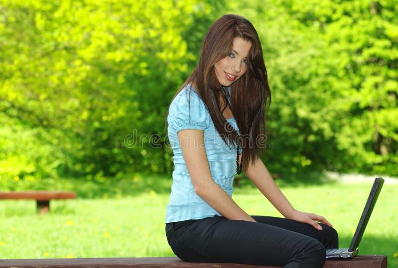 外部松弛性感的妇女 图库摄影