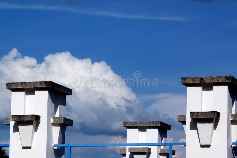 外部水池建筑学抽象看法与蓝天的 免版税库存图片