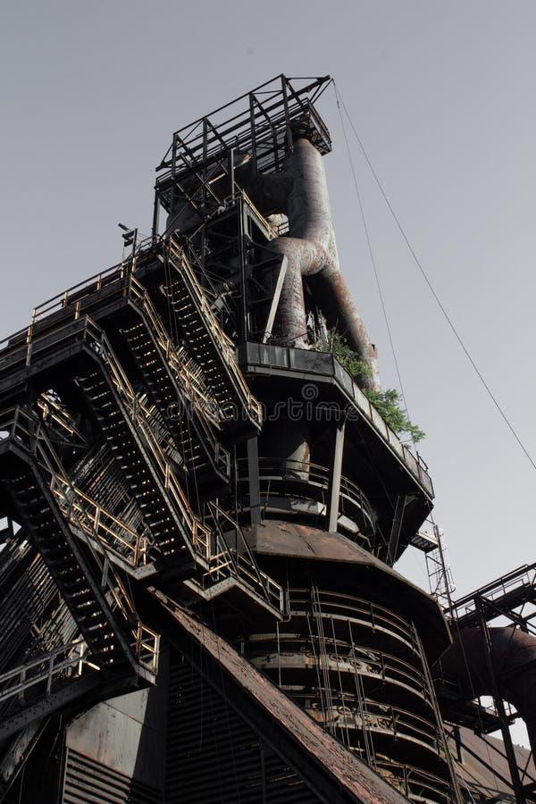 外部钢铁厂极端向上方形的步看法,层数和从在底下看见的圆走道 免版税库存照片