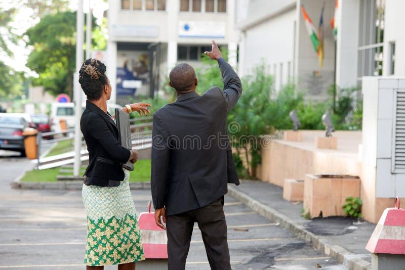 外面两个商人身分 免版税库存照片