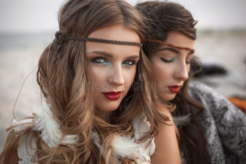 外面两个嬉皮女孩时尚画象  免版税库存图片