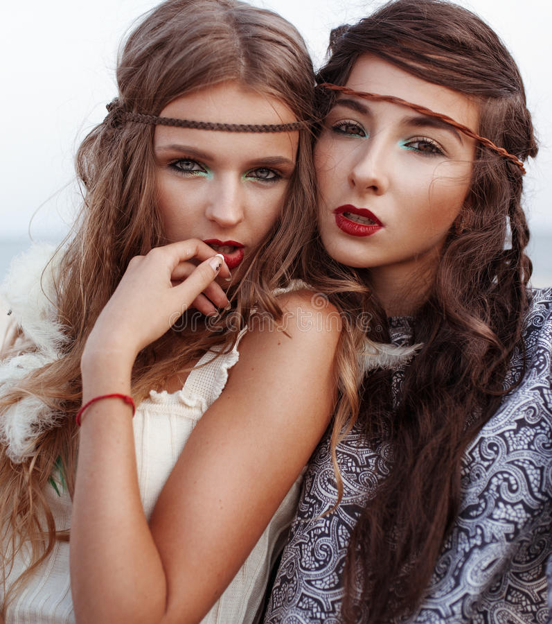 外面两个嬉皮女孩时尚画象  图库摄影