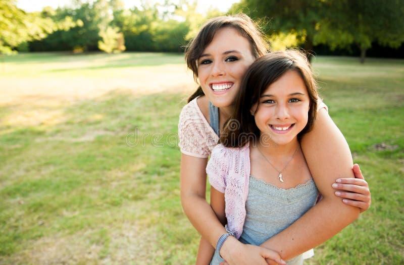 外面二个女孩 免版税库存照片