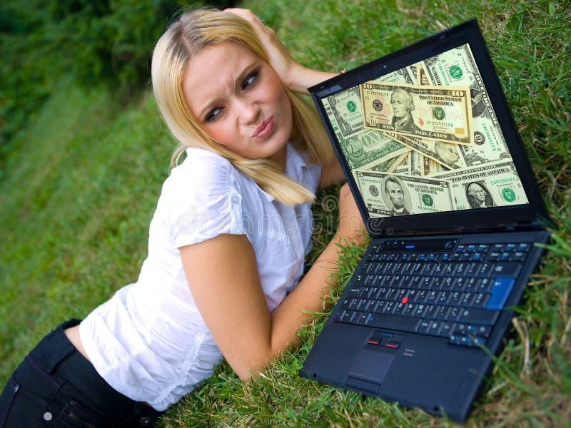 外面女孩膝上型计算机 库存图片
