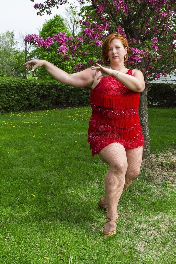 外面妇女跳舞 免版税库存图片