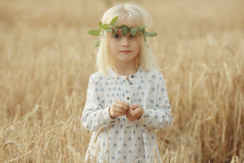 外面快乐的小女孩 图库摄影