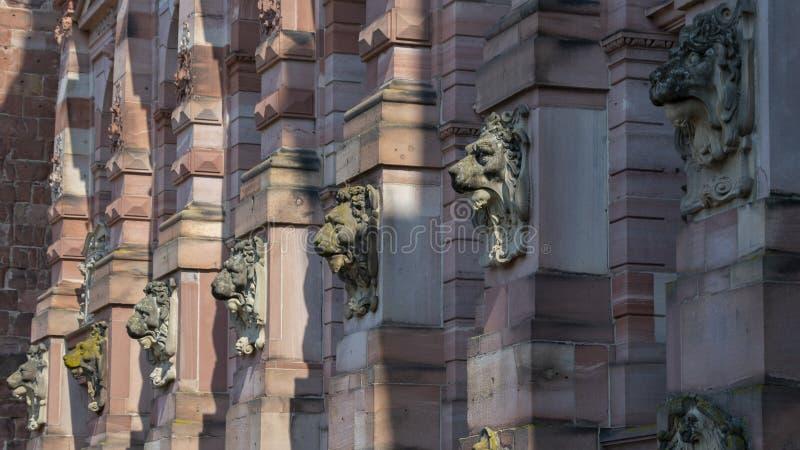 外面挂着一尊狮子石雕 免版税库存图片