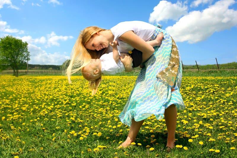 外面母亲和婴孩跳舞 库存图片