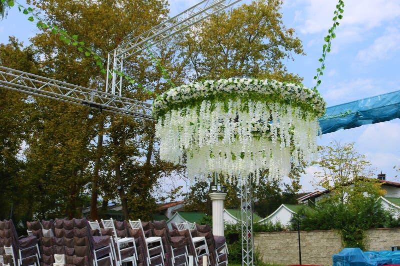 外面结婚礼堂与花 免版税图库摄影