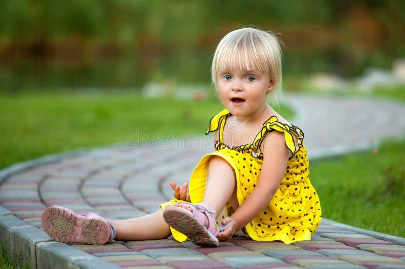 外面美丽的白肤金发的女孩 免版税图库摄影