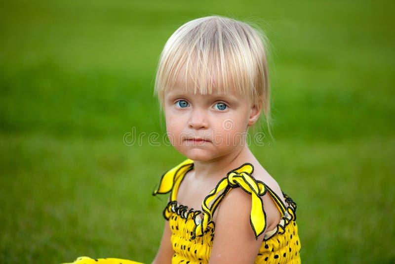 外面美丽的白肤金发的女孩 免版税库存照片