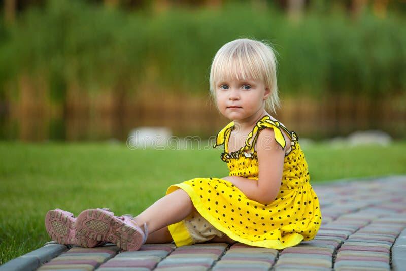 外面美丽的白肤金发的女孩 库存照片