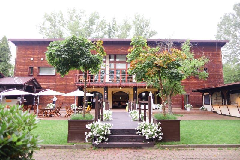 外面餐馆外部、伞和桌 免版税图库摄影