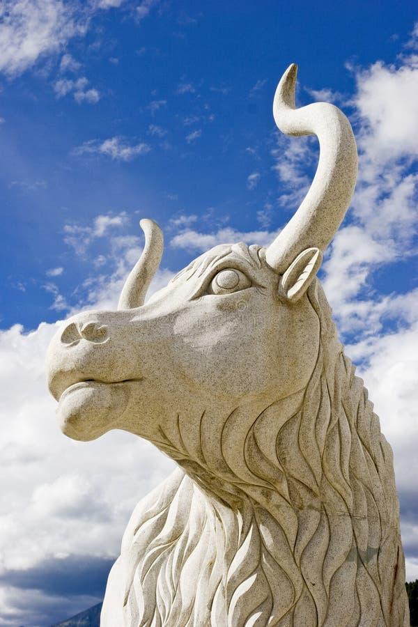 外面黄牛雕塑 免版税库存图片