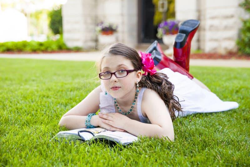 外面年轻西班牙女孩读书 图库摄影
