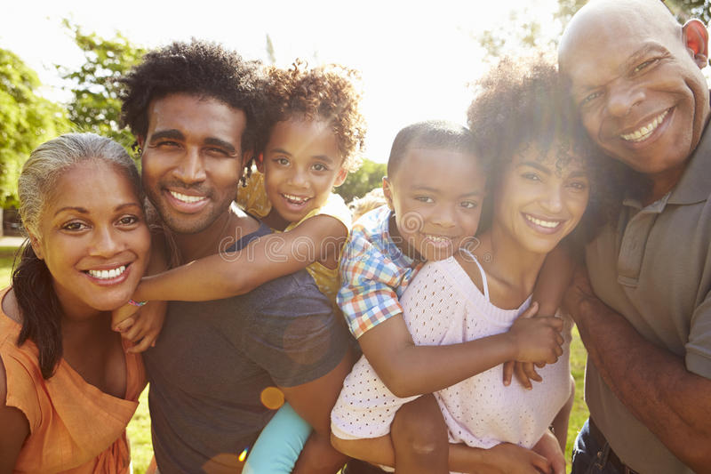 多一代家庭画象在一起公园 库存照片