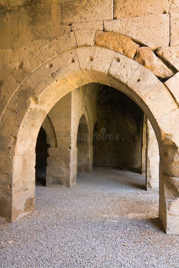 多个曲拱和专栏在商队投宿的旅舍在丝绸之路,土耳其 免版税库存照片