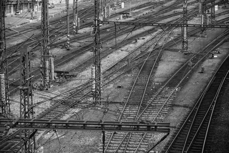 多个铁路轨道开关 行业视图 运输系统 choise的符号黑白照片 免版税库存图片