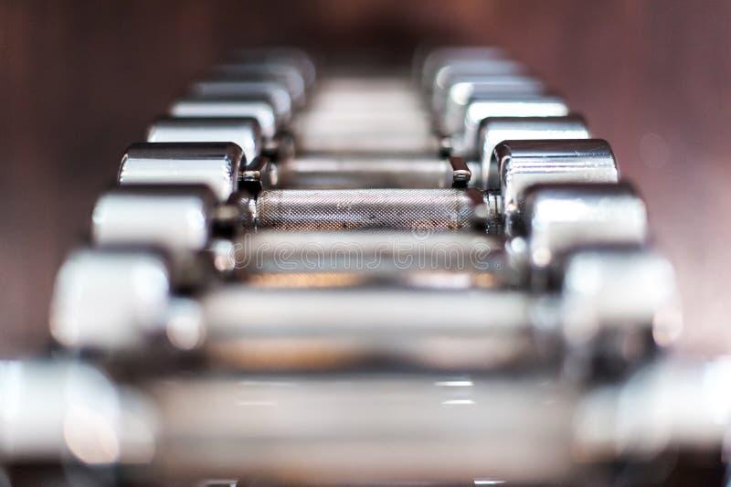 多个镀铬物哑铃在健身俱乐部 免版税图库摄影