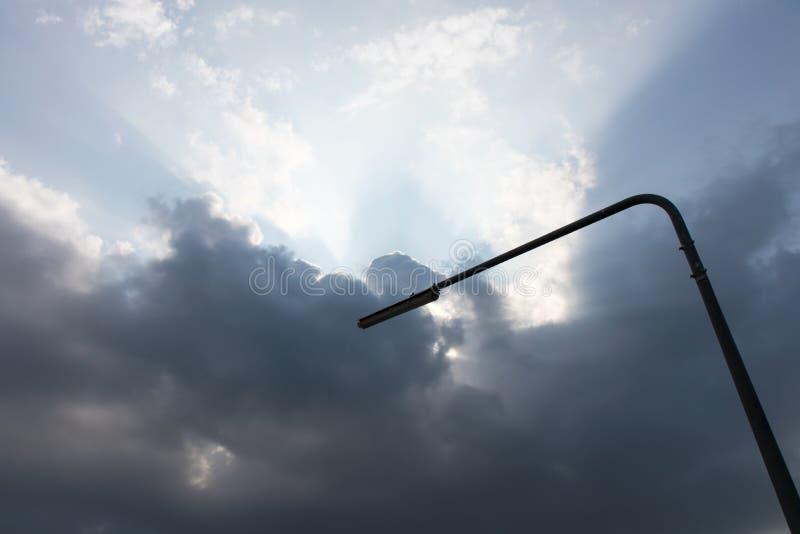 多云与灯柱 库存照片