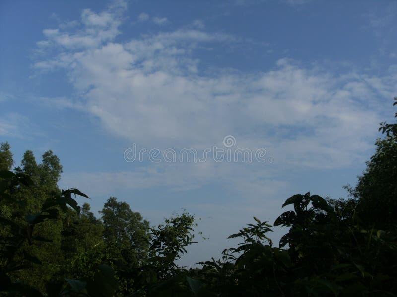 多云和蓝天,看起来美丽 免版税库存图片