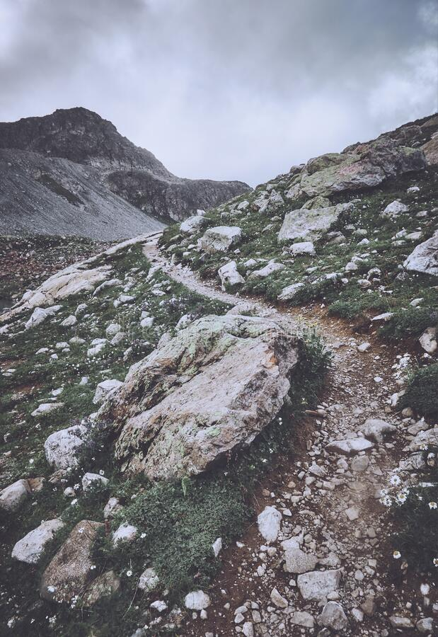 多云天上山的荆棘路 库存照片