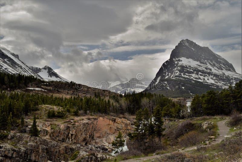 多云天在许多冰川公园 库存照片