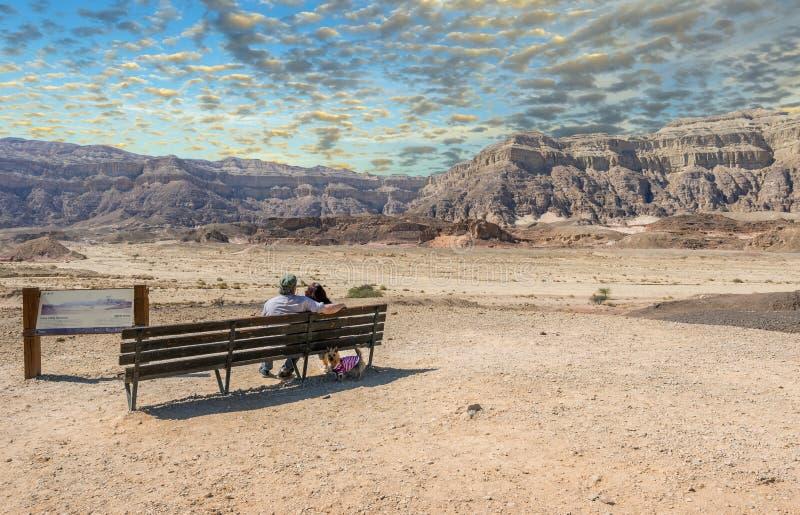 多云天在Timna地质公园,前辈夫妇看山 免版税图库摄影