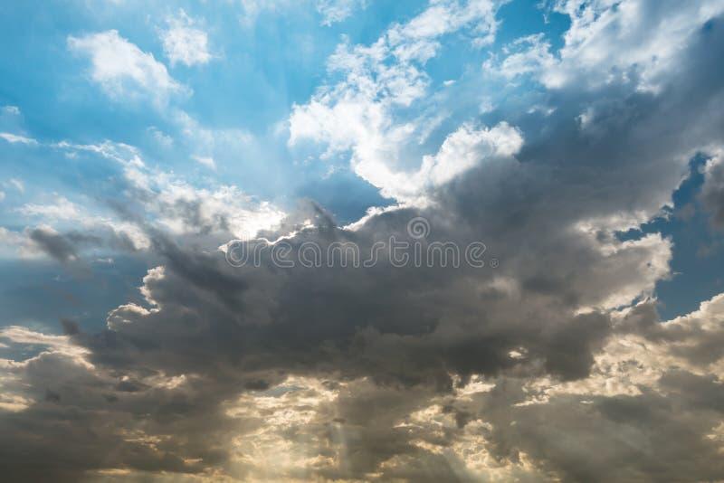 多云天空和蓝色清楚的天空云彩和旭日形首饰或太阳射线在 免版税库存图片