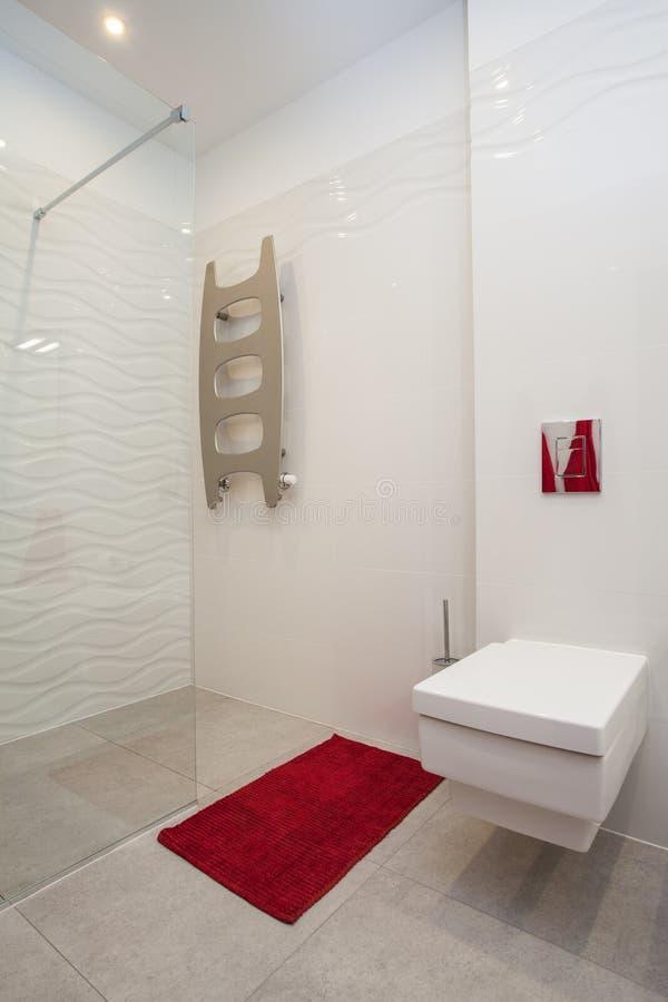 多云家庭的洗手间和阵雨 库存图片