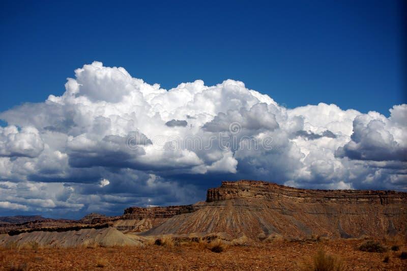 多云山红色岩石天空 库存照片