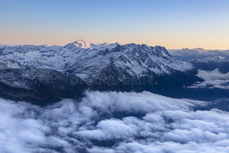 多云山风景在日出期间的法国阿尔卑斯 库存图片