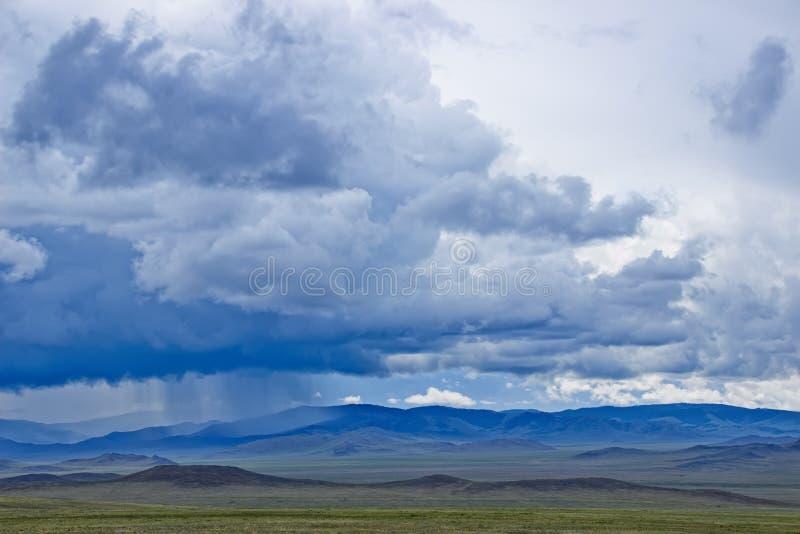 多云横向山天空 免版税库存图片