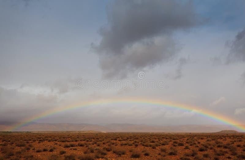 多云沙漠充分的彩虹撒哈拉大沙漠天&# 库存图片