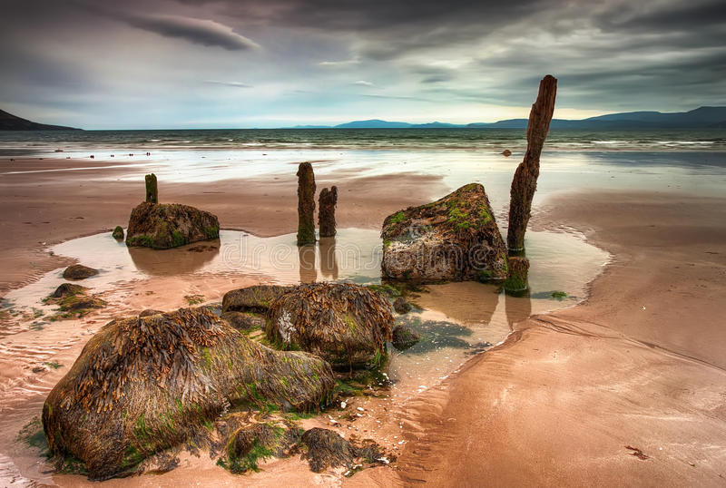 多云海滩在爱尔兰。 图库摄影